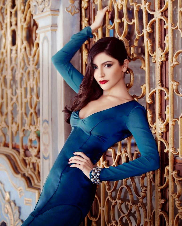 anushka-sharma-hot-cleavage-and-red-lips-in-blue-dress