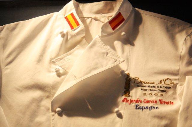 Camisa de chef Filipina del Campeonato Muncial de la Cocina Bocuse d'Or perteneciente a Alejandro Garcia Urrutia y expuesta en el restaurante AGU en Gijon