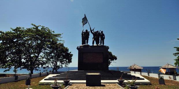 Patung Berupa Empat Tentara Indonesia Dalam Keadaan Berperang Dan Satu