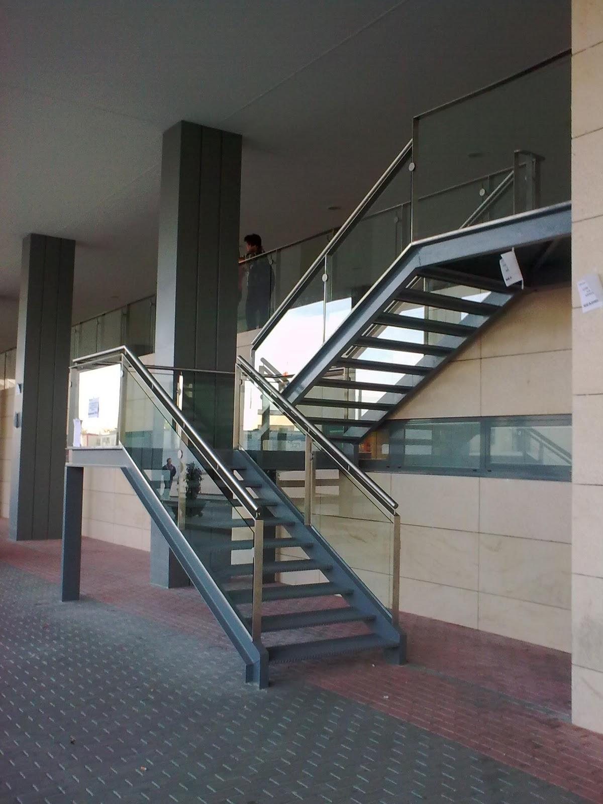Metalonso trabajos realizados en hospital materno for Escaleras de madera de dos tramos