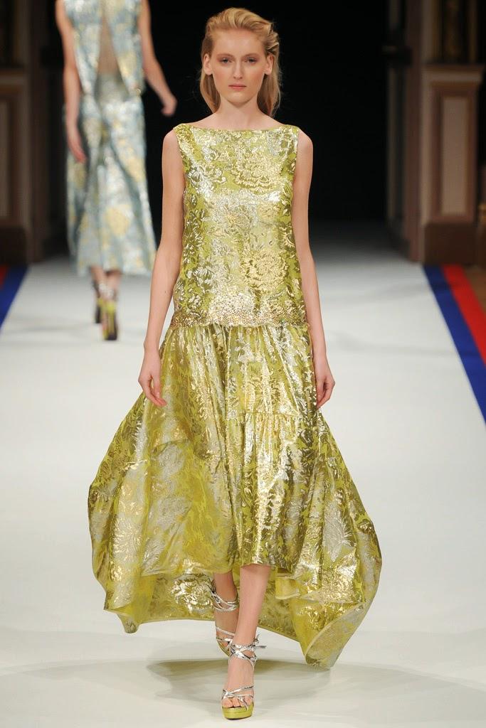 vestido de noche dorado, largo, con un cuerpo cuello caja