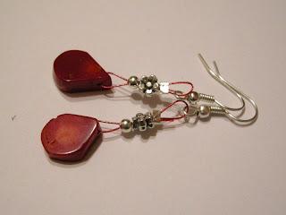 biżuteria z półfabrykatów - koralowe łezki (kolczyki)