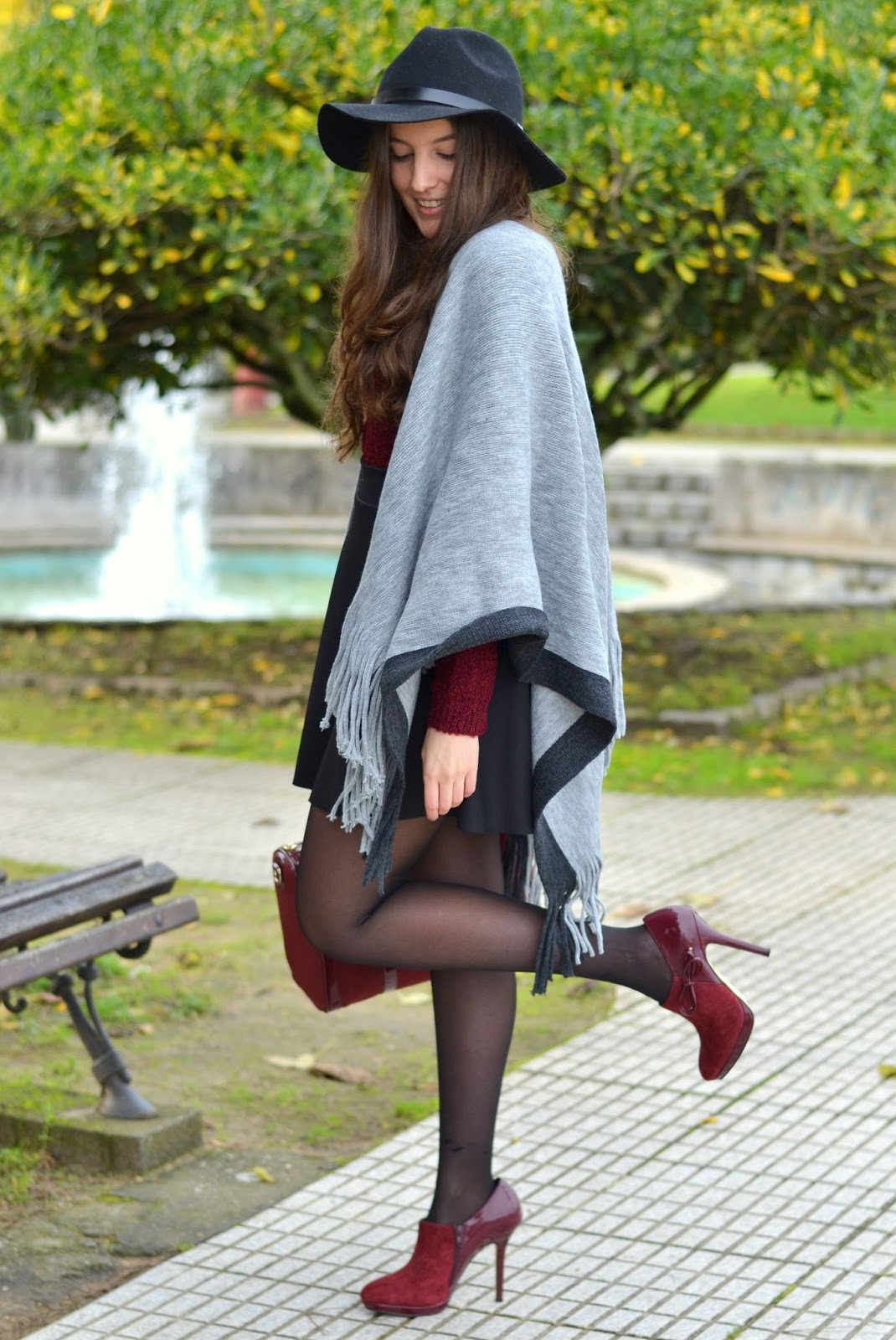 stradivarius cape, black hat, burgundy heels, bag, menbur