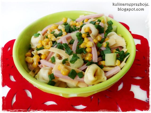 Kolorowa wiosenna sałatka z makaronem, szynką i kukurydzą