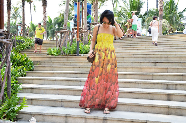 Maxi dress feathers havaianas satchel aviators