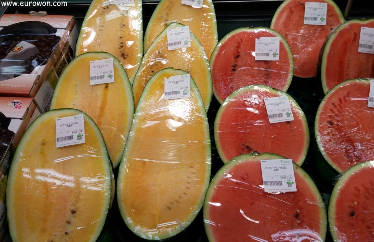Sandías rojas normales y sandías amarillas de mango