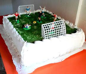 Exquisita torta con una cancha de fútbol