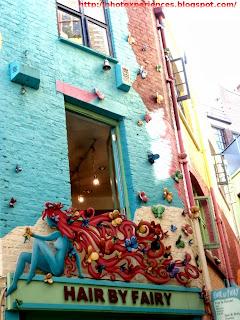 Facade of Hair by Fairy, a hairdresser's in Neal's Yard, London. Fachada de Hair by Fairy, una peluquería en Neal's Yard, Londres.