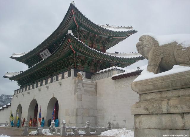 Puerta Gwanghwamun con un haechi nevado