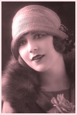 postal vintage con chica de los años veinte en tonos rojizos