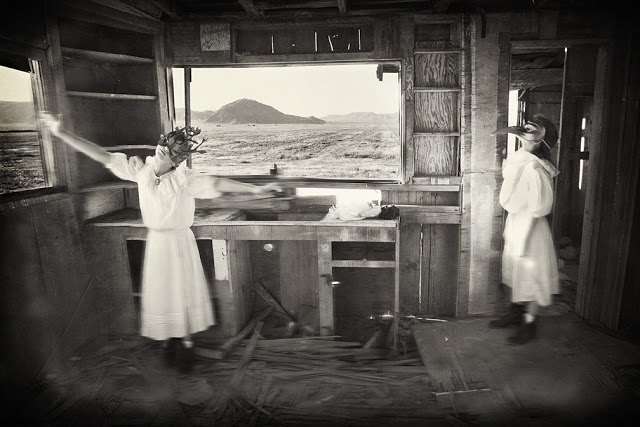 Игра в черно-белых фотографиях Кэролайн Хэмптон