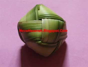 cara membuat mainan tradisional berbentuk bola kecil dari daun kelapa yang masih muda atau janur