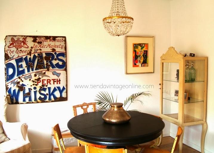 Decorar con carteles vintage antiguos de metal esmaltado. Carteles publicitarios como decoración de salones.