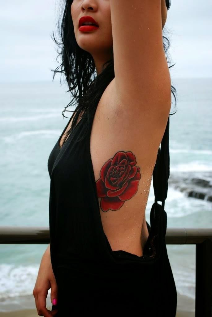 Tatuaje de rosa en las costillas