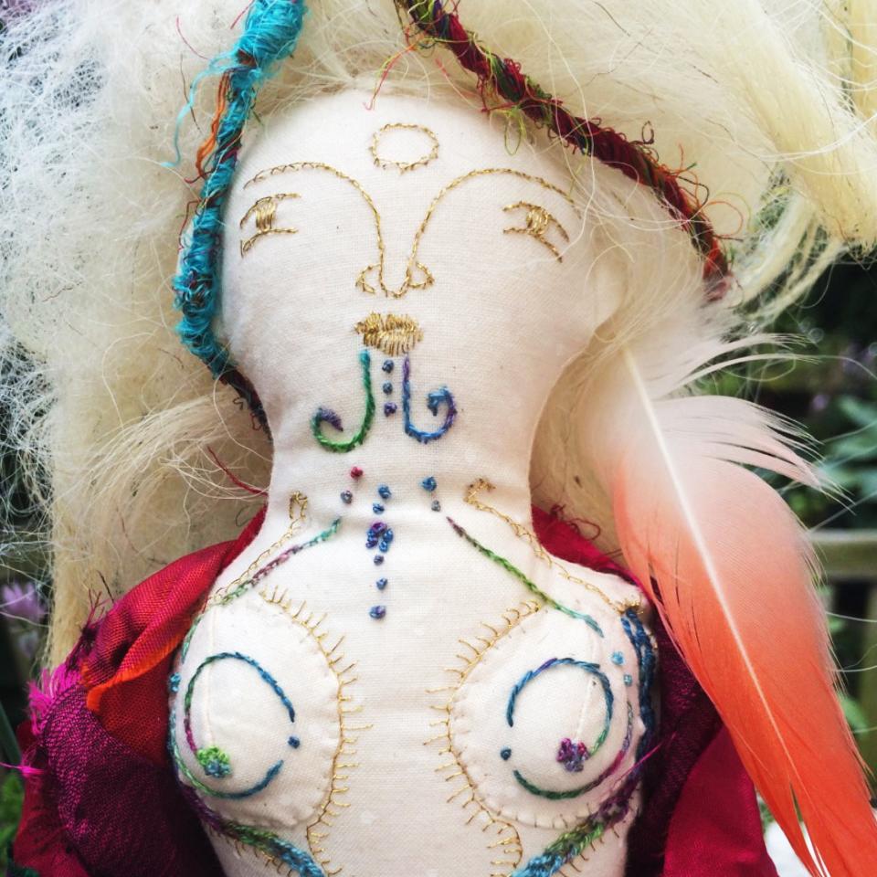 Art Doll geborduurd met gouddraad en witte wol als haar