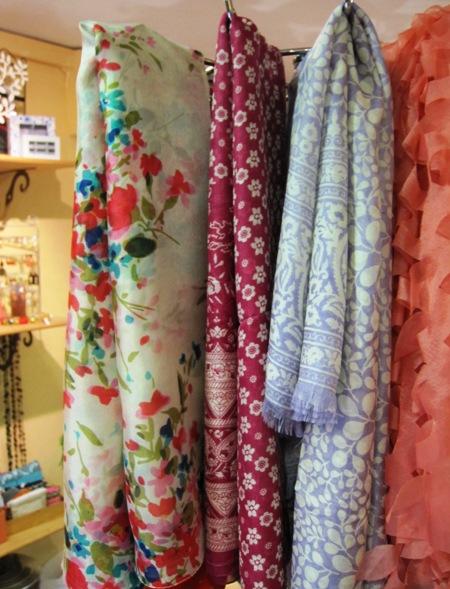 Fulares de colores con estampados florales y lisos