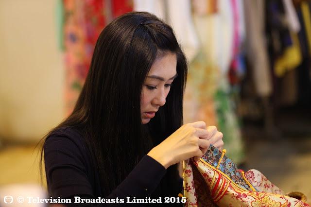 胡定欣為舞台劇《娘惹娘兒》一劇的劇員準備表演戲服,投入工作,忙得不可開交。