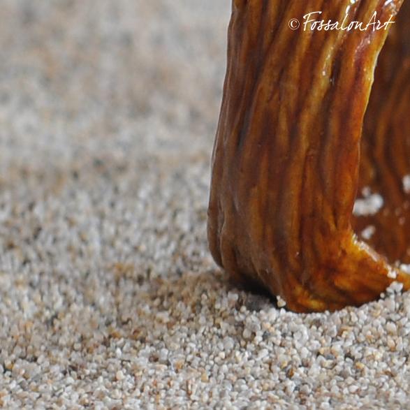 Particolare anello in corda, sabbia e gommalacca