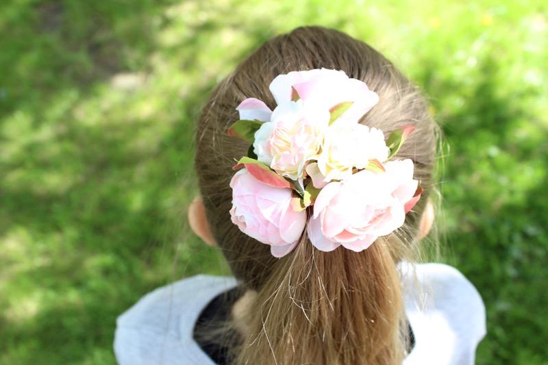 kukat hiuksilla