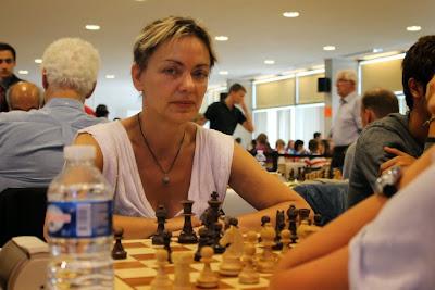 La francilienne Isabelle Bonvalot qui craque seulement après les 10 premiers coups - Photo © Chess & Strategy