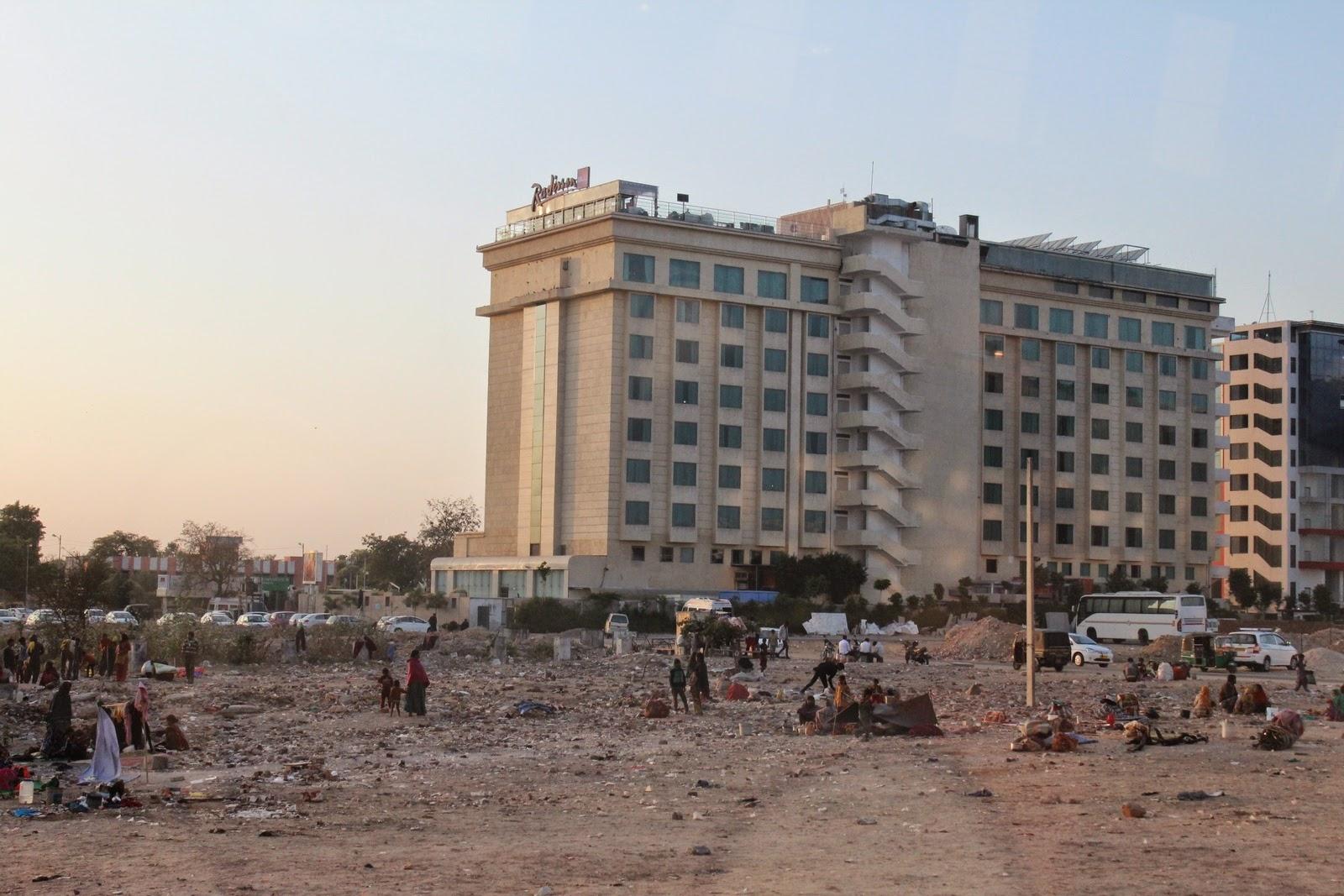 Radisson 5 csillagos hotel mellett egy kis telep