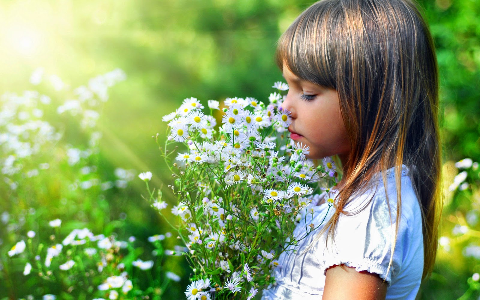 Gambar bayi cantik bermain di taman bunga pakai baju putih