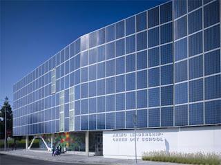fachada con paneles solares
