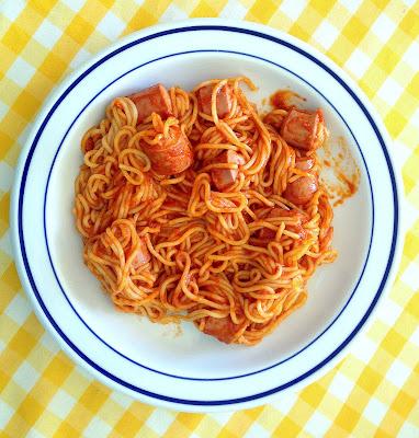Plato de salchichas rellenas de espaguetis