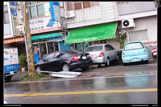 2013-07-13 蘇利颱風侵襲南投 這路牌是吹倒的還是早就倒了呀?