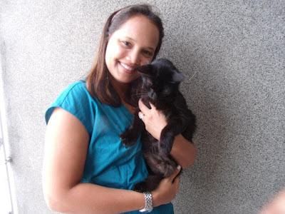 Gata preta Lourdinha, nos braços de Renata Góes, após um ano de sua adoção
