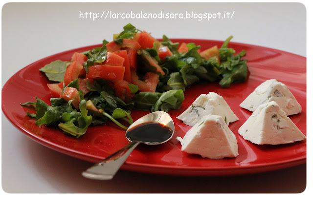 piramidi di philadelphia alle erbe aromatiche e insalata colorata