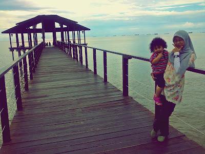 perempuan dukung kanak kanak jeti laut sipitang sabah