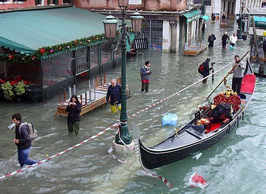 Мэр Венеции пригрозил стрельбой без предупреждения за выкрик «Аллах Акбар»