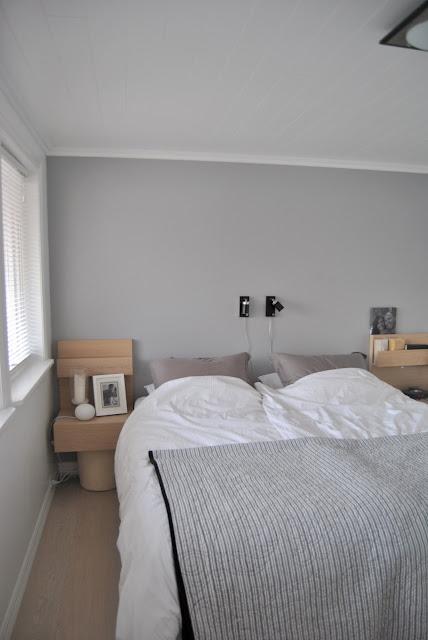 på soverommet eg likar godt gråfargen vi har på soverommet det er ...