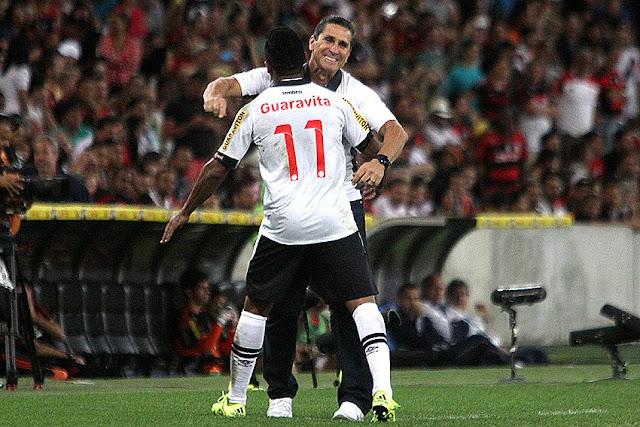 Técnico Jorginho abraça atacante Jorge Henrique por gol em clássico. (Foto: Vasco da Gama/Divulgação)
