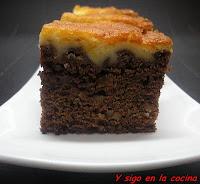 BROWNIE DE CHOCOLATE CON CREMA DE QUESO
