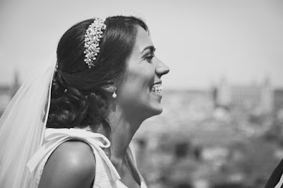 El tocado de perlas hecho por @tocadosnilataranco es el remate perfecto al vestido y el velo de novia