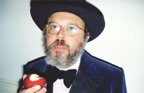 masters of photography : Stephen Shore : photo of jewish rabbi eating apple