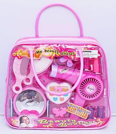 Kado ulang tahun berupa mainan peralatan kecantikan anak perempuan.