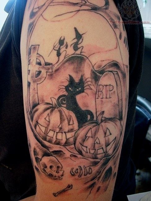 tatuaje de un gato en un cementerio, el tatuaje esta en el brazo de un chico