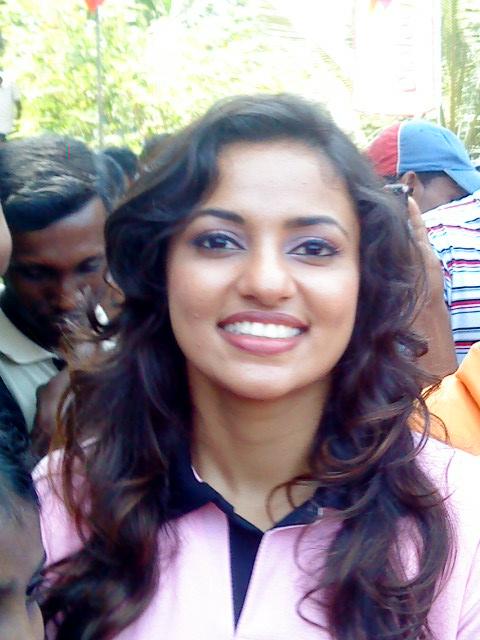 Sri Lankan upcoming actress Udari Warnakulasooriya in short skirt to show her milky legs