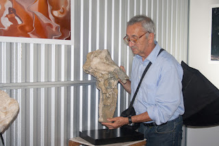 Luigi Foscolo Lombardi con una sua scultura