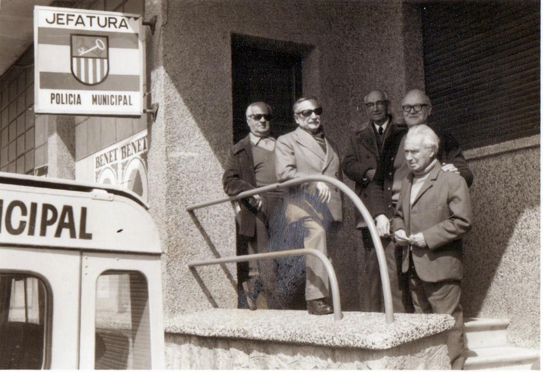 Antics Cooperadors a la Porta de la Unió de Cooperadors de Gavà avui seu de la Policia Municipal