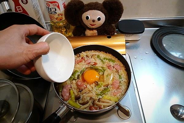 ウインナーとアスパラのピラフ半熟卵のせ(4)