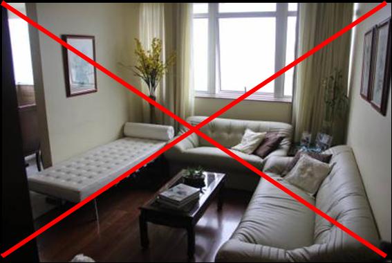 Acima, o exemplo de uma sala entulhada demais Notaram como os móveis