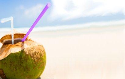 Air kelapa, apalagi yang masih muda kerap dijadikan minuman pelepas ...