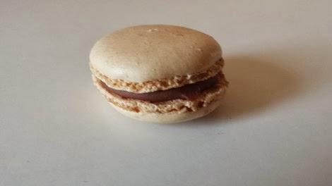 Le macaron au chocolat au lait, passion et coco Ladurée.