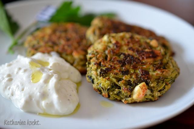 Zucchini Puffer Kolokithokeftedes griechisch Feta