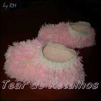 Pantufa de crochê com aplique de pelos cor-de-rosa.