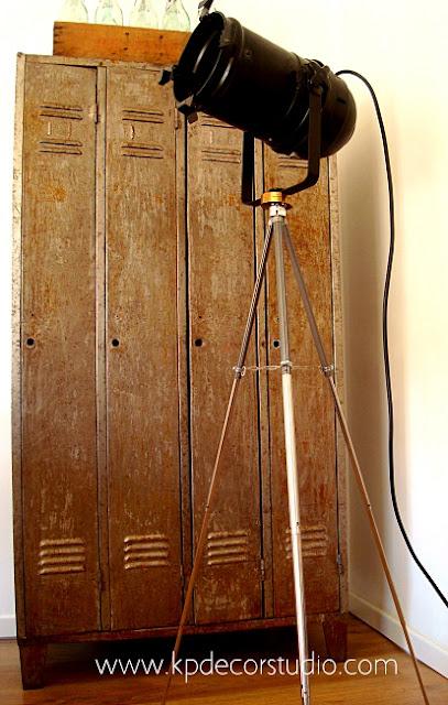 Venta de focos antiguos sobre trípode alemán antiguo estilo industrial